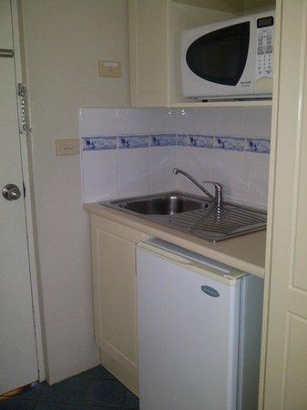 Acacia Motel: Kitchenette