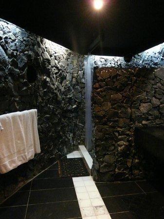 Stevenson's at Manase: Volcanic rock bathroom