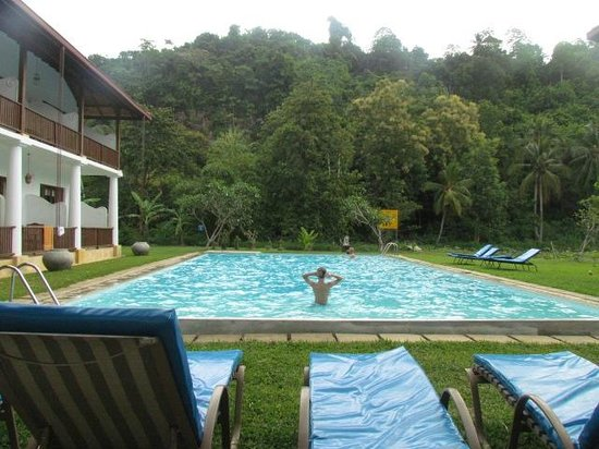 Nooit Gedacht Heritage Hotel : Pool by the foot of Rumassala Mountain