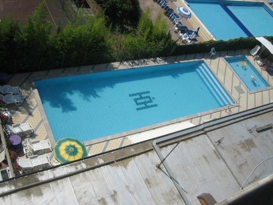 Hotel Olimpia: piscina per grandi e una piccola per i bimbi con gradini che scendono in acqua è tutto recintato