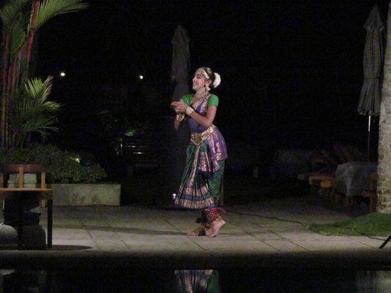 เดอะลีลา โควาลัม บีช: Local dance program while evening dinner