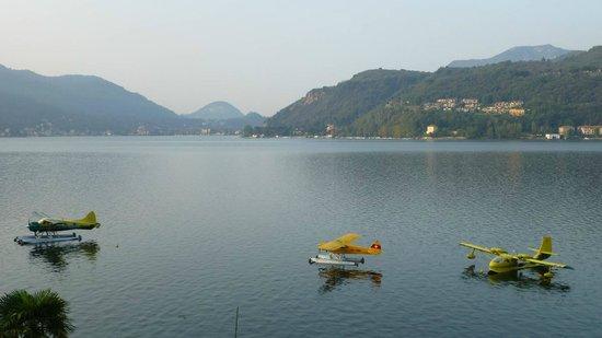 Albergo Hotel Rivabella: Blick nach Porto Ceresio, ausnahmsweise mit Wasserflugzeugen