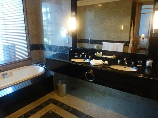 The Empire Hotel & Country Club: Bathroom