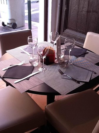 L'Accolade: A TABLE!