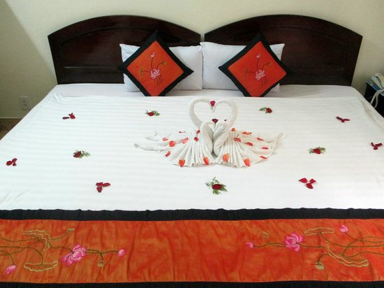Hai Au Boutique hotel and spa : Welcome bed also included fruit and water