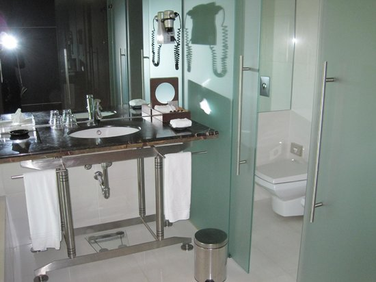 Sheraton Porto Hotel & Spa: Salle de bain avec baignoire, douche, WC, bidet et une vasque