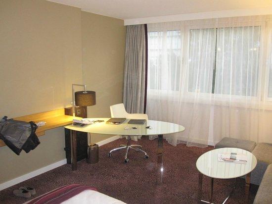 Hilton Vienna Danube Waterfront: Escritorio y zona de lectura con chaise longue y