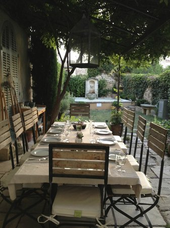 Maison Trevier : Garden and outdoor dining