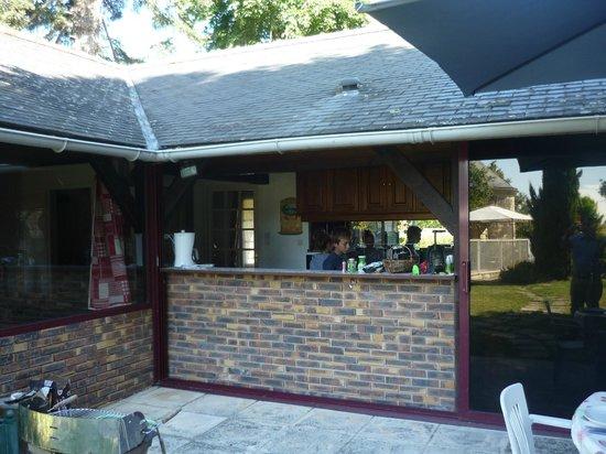 Manoir de l'Abbaye: La terrasse prolonge la cuisine: Génial!
