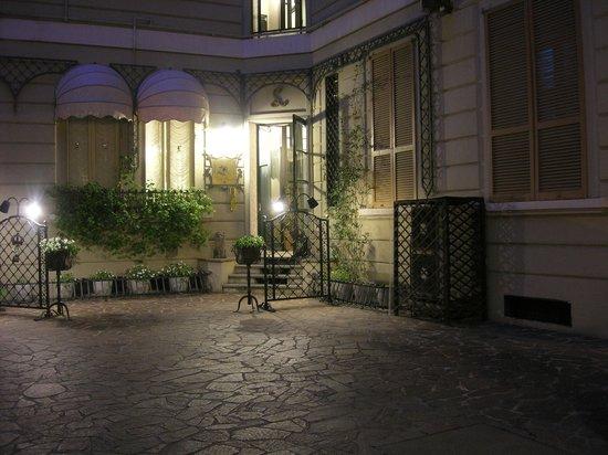 Antica Locanda Leonardo: inner yard enterance