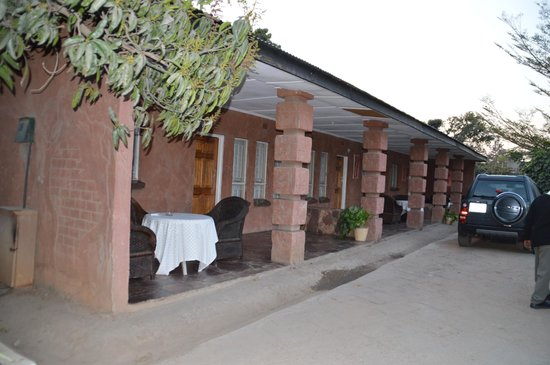 Kaps Villa and Lodge: Self catering rooms from outside.