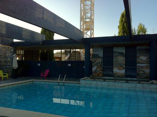 Cors'Hotel : la piscine, transats défoncés