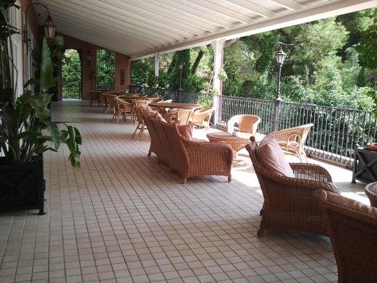 Thalasso Hotel El Palasiet: Sillones frente al mar