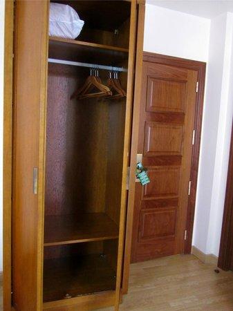 Granada Centro Hotel: wardrobe space