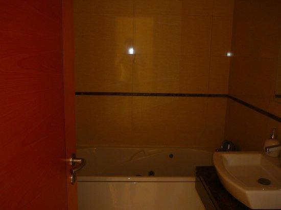 Hotel Apartments Baia Brava : Baignoire jacuzzi.