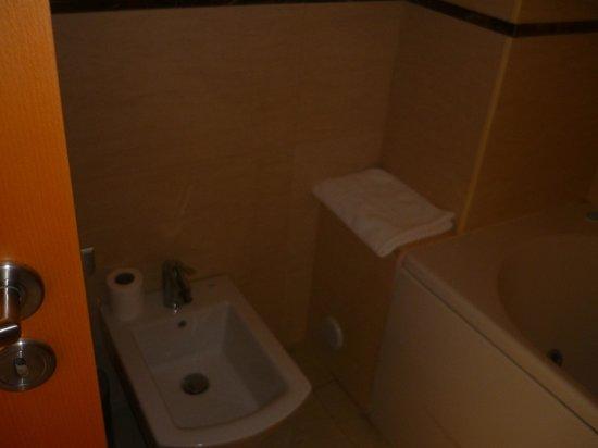 Hotel Apartments Baia Brava : Sale de bain complète, avec bidet!