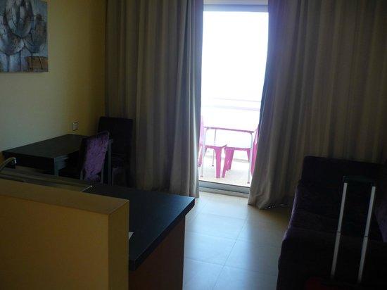 Hotel Apartments Baia Brava : Côté salon/salle à manger