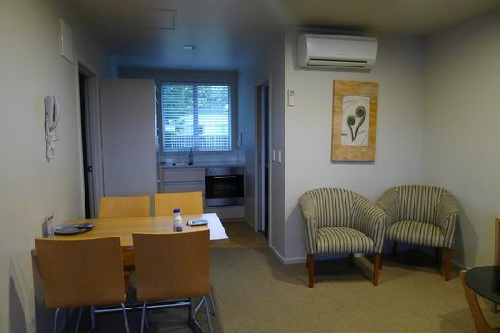 Anchorage Motel Apartments : Kitchen & dining area