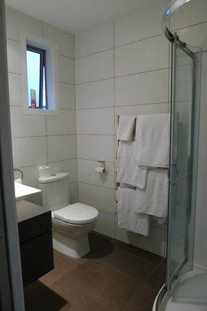 Anchorage Motel Apartments: Very clean bathroom
