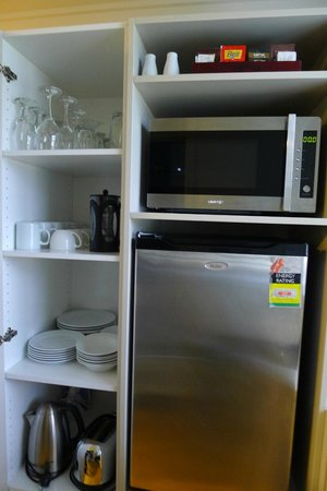 Anchorage Motel Apartments : Very well equipped kitchen