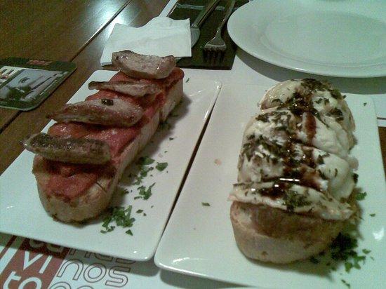 La Cavita : tosta de secreto iberico y  tosta de queso de cabra sobre cebolla caramelizada