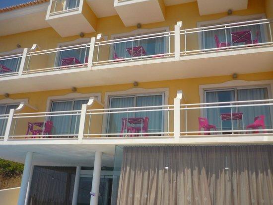 Hotel Apartments Baia Brava : Vue des balcons depuis la piscine