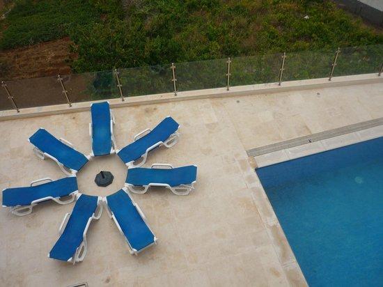 Hotel Apartments Baia Brava : Clin d'œil poétique à la piscine, vu du balcon de la chambre.