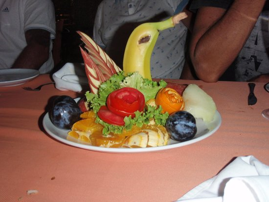 Belcehan Beach Deluxe Cafe Bistro: Complimentary fruit given to us after our meal