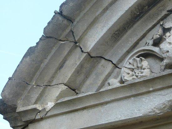Le Parc des Marechaux : Crumbling facade