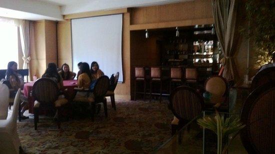 Aston Manado Hotel: tavolata di studenti