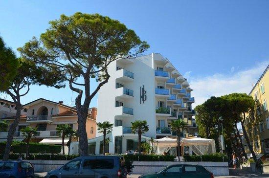 Hotel Bellavista: Blick vom Strand zum Hotel