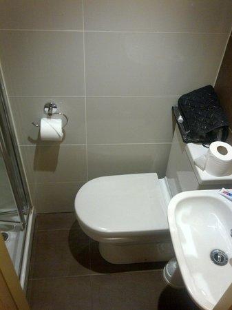 Coronation Hotel: salle de douche avec tout à portée de main