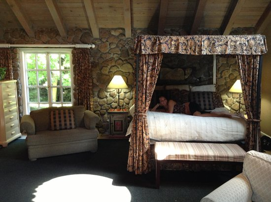 Oak Knoll Inn: Lounging in Room 2