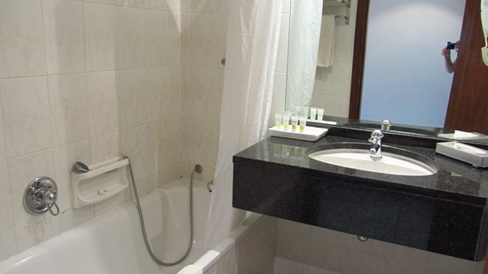 Pestana Rovuma Hotel & Conference Centre: Bathroom with broken shower head holder