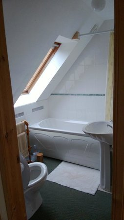 Tigh Na Mairi B&B: The bathroom with the sky-facing sliding panel