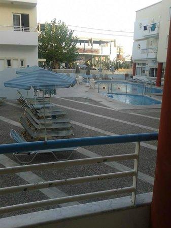 Anastasia Hotel: Vista dal balcone che dava sul cortine dell'hotel