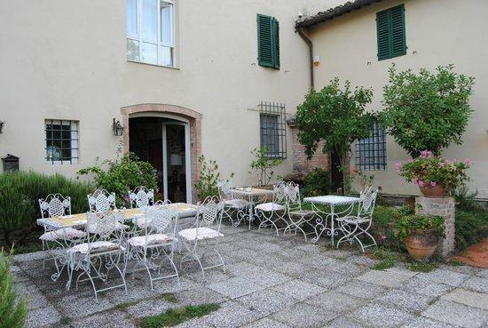 Il Vicario: Courtyard, apartment windows above