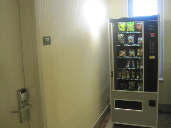 Clarion Hotel-Downtown Oakland: Snack vending machine right next to our room :(