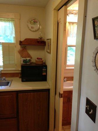 Farmstead Bed And Breakfast: cuisinette avec l'entrée de la salle de bains