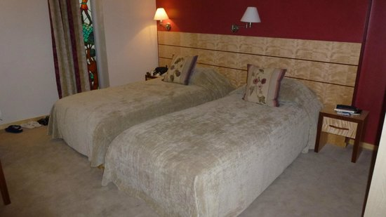 Royal Square Hotel & Suites: Twin Beds