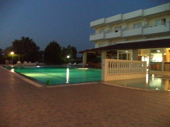 Evita Studios: piscine le soir du spectacle de danse grec