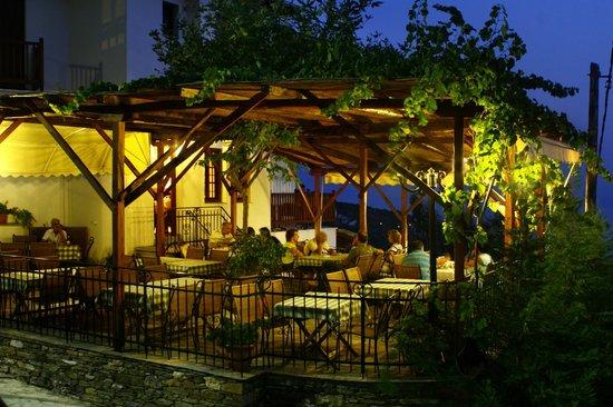 Agios Lavrentios, Greece: η ταβερνα το βραδυ