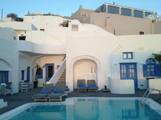 Remezzo Villas: Vista de la terraza del desayuno y recepción