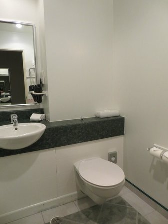 Jet Park Hotel & Conference Centre: bathroom