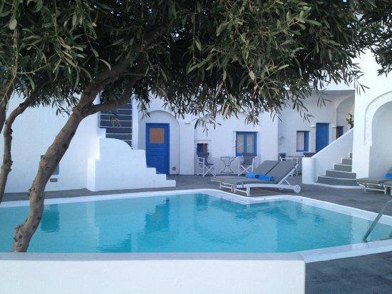 Remezzo Villas: Habitación doble num 1 vista desde la piscina