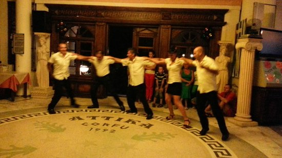 Attika Beach Hotel: Персонал танцует для гостей