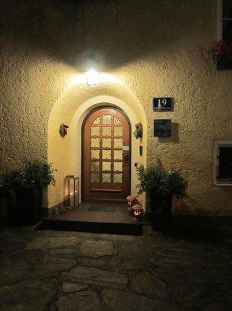 """Hotel Garni Pension Freisaal: Ingresso-vista in """"notturna"""""""