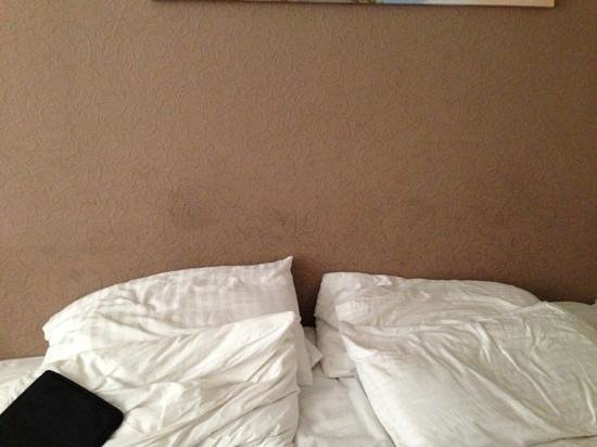 Yardley Manor Hotel : pictures don't lie... dirty wall, no headboard