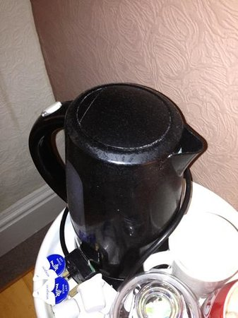 Yardley Manor Hotel : pictures don't lie... filthy kettle