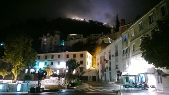 Sintra Boutique Hotel: Hotel at night